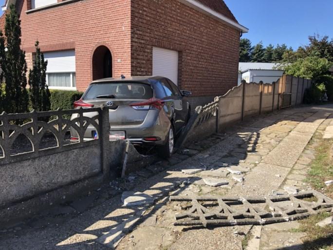 Chauffeur wordt onwel en botst tegen gevel van huis