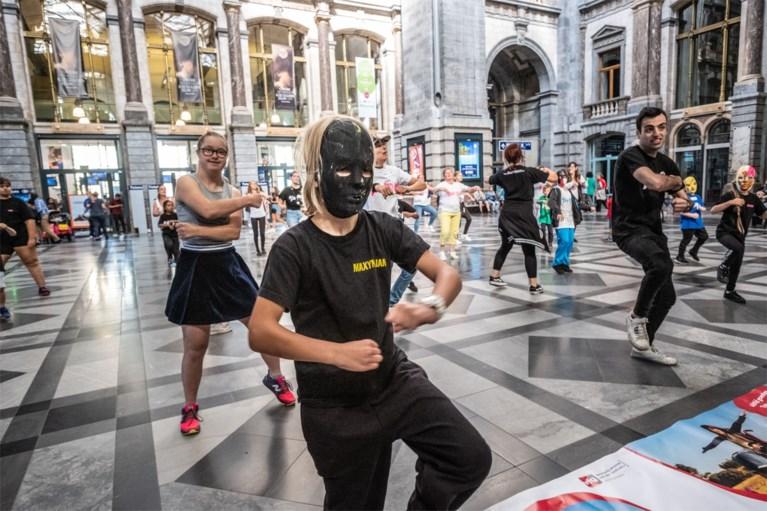 Dansen in treinstation voor toegankelijkere bus- en tramhaltes