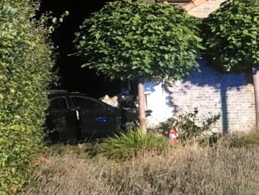 """Mercedes crasht tegen woning: """"De muren van de garage zijn 15 centimeter verschoven"""""""