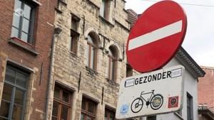 Wie overplakt verkeersborden met stickers?