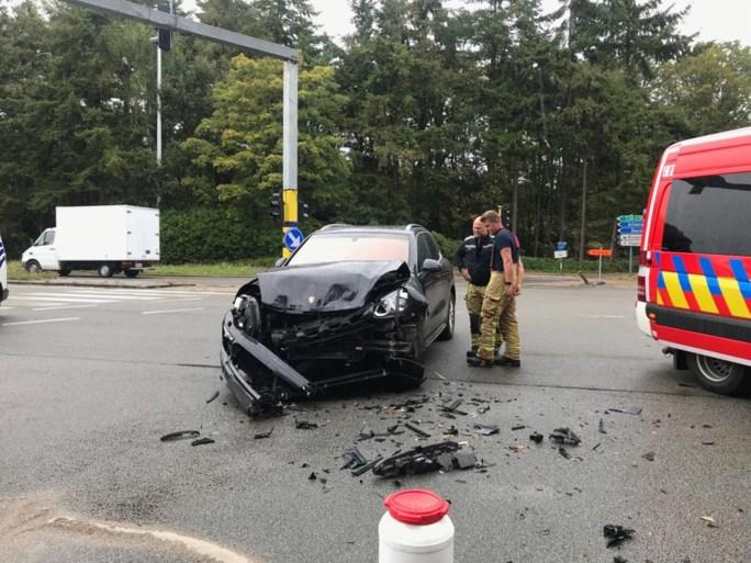 Ziekenwagen in de flank geramd door Porsche, ambulancier ernstig gewond