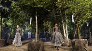Ontwerpster Maria Grazia Chiuri leidt modellen om de tuin bij defilé Dior