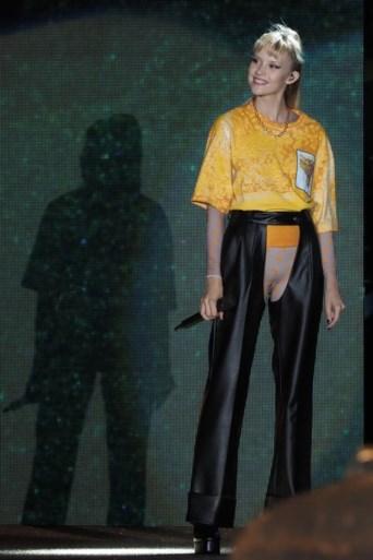 Als Angèle optreedt op een lingerieshow, dan draagt ze dit