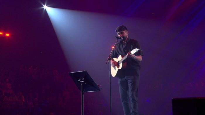 """Singer-songwriter Glauco verrast tijdens 'Merci Voor De Muziek': """"Met een smoes op podium van Sportpaleis gelokt"""""""