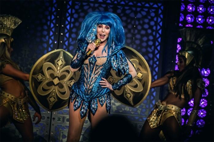 """RECENSIE. Cher (73) palmt Sportpaleis in met iconische hits en outfits: """"Wat doet jouw oma vanavond?"""""""