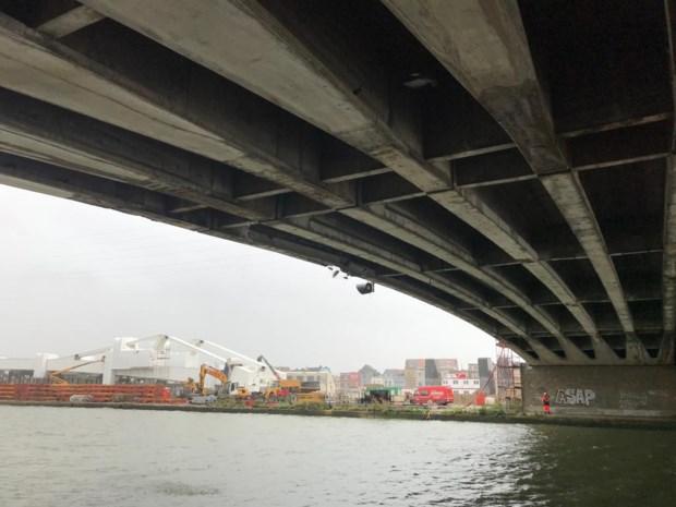 Schip vaart tegen Theunisbrug in Merksem, brokstukken vallen in het water