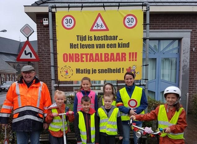Banner met emotionele boodschap waarschuwt snelheidsduivels in de buurt van school