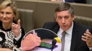 De oppositie stapt op en Vlaamse regering begint met valse start, maar Jan Jambon… zit Angry Birds te spelen op zijn smartphone