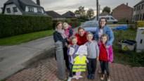 Ouders plaatsen houten kinderen in straat om bestuurders voorzichtiger te laten rijden