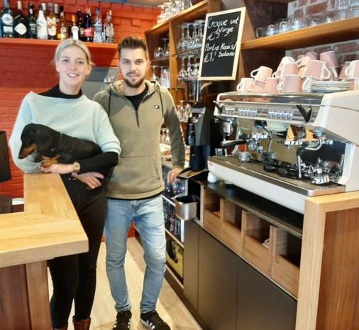 """Jong koppel opent modern bruin café: """"De stamgasten vreesden dat ze hun kroeg kwijt waren"""""""
