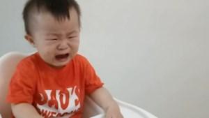 Vader ten einde raad wanneer peuter onophoudelijk huilt, tot hij dit trucje probeert