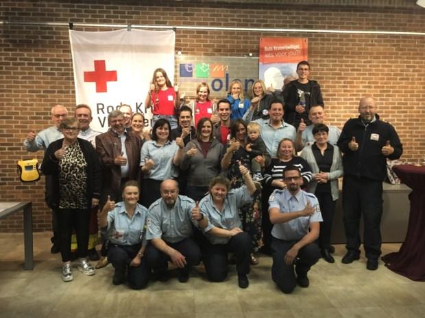 Rode Kruis Olen schenkt voor 75-jarig bestaan drie AED's aan gemeentebestuur