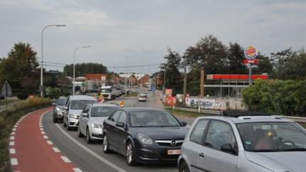 """Ellenlange files op brug van Massenhoven: """"De verkeerslichten staan uit veiligheidsoverweging zo afgesteld"""""""