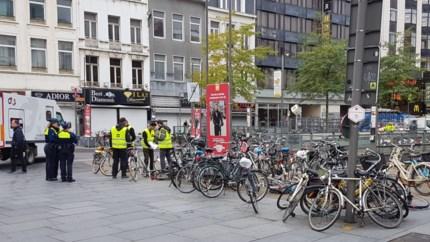 Het is begonnen: verkeerd geparkeerde fietsen aan Centraal Station weggehaald