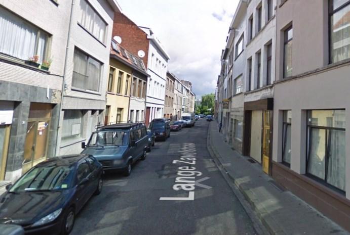Man zwaar bebloed aangetroffen in Seefhoek: slachtoffer in levensgevaar