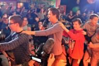Leerlingen De Leerexpert dansen polonaise met Niels Destadsbader