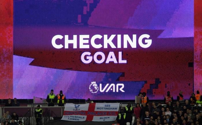 """Nederlandse voetbalfans krijgen uitleg van VAR via schermen: """"Uitstekend idee dat we zo snel mogelijk in België moeten invoeren"""""""