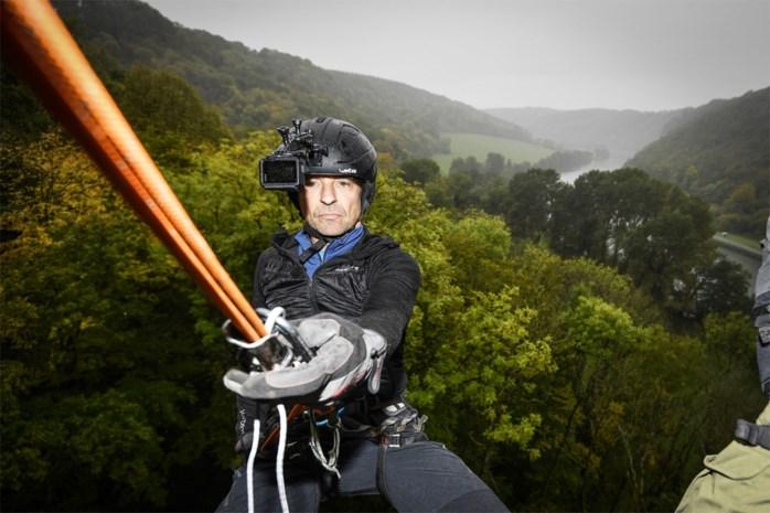 Daar gaat hij… Koen Wauters trotseert steile rotswand in Ardennen voor 'Beat VTM'