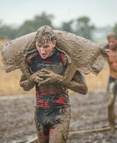 Hij moest ploeteren door de modder en de regen, maar Billy (26) won toch de zilveren medaille in deze loodzware sport
