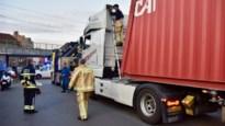 Te hoge vrachtwagen rijdt zich vast in tunnel