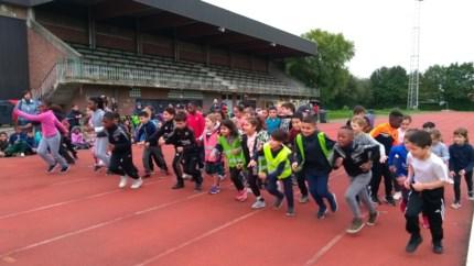Leerlingen van 't Pleintje lopen voor een nieuwe speelplaats