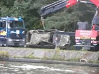 Autowrak bovengehaald in het kanaal na dregwerkzaamheden