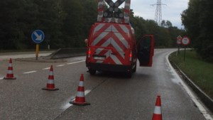 Zuiderring nog lange tijd afgesloten door vrachtwagen die er lading toxische stoffen verliest
