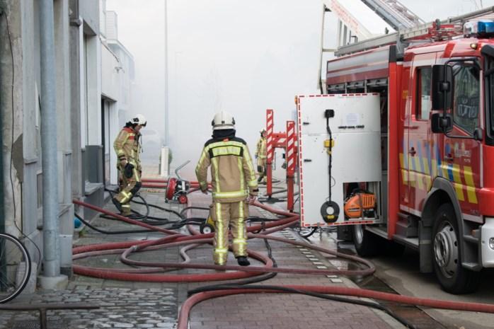 """Gezin opgevangen na zware brand in dorpscentrum: """"Ik wist meteen dat er iets niet klopte"""""""