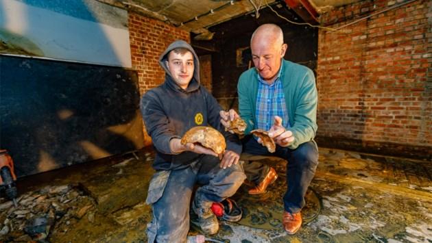 Werkmannen stuiten op menselijke resten in kelder van kerk