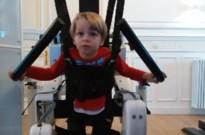 """Runar (3) leert dankzij wafelverkoop stappen met hulp van robot: """"De steun kwam uit alle hoeken"""""""
