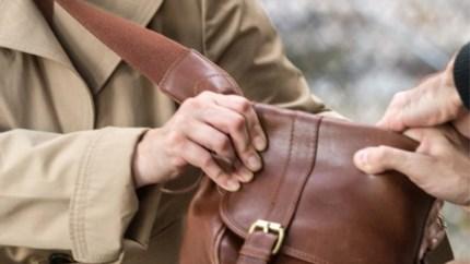92-jarige vrouw wordt bestolen in hal van haar appartement