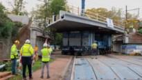 Ruim honderd jaar oude spoorwegbrug vervangen door nieuw dek van 600 ton
