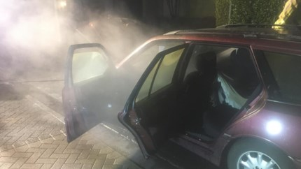 Motor van auto vat vuur door technisch defect
