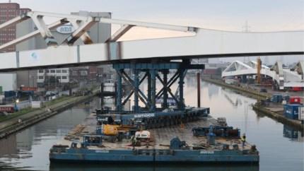 """Brug van 2.500 ton ligt over Albertkanaal: """"Een complexe operatie"""""""