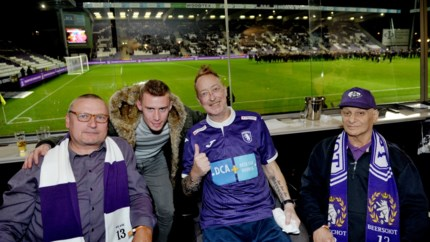 """Hun ziekte belet hen om de match vanuit de tribune te volgen, maar drie Beerschotfans mogen in loge zitten: """"Ongelofelijk dankbaar"""""""