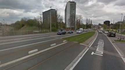 Dronken bestuurder ramt tramhalte en laat wagen achter