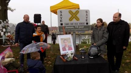 """Honderd vrienden en familieleden bij onthulling Save-bord: """"Jonas, we zeggen geen vaarwel. Ooit zien we elkaar terug"""""""