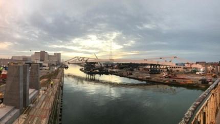 Trambrug van 180 meter geplaatst over Albertkanaal