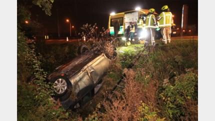 Jonge bestuurder gewond na stevige crash in gracht