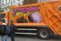 Graffiti van personage 'wtFOCK' siert vuilniswagen