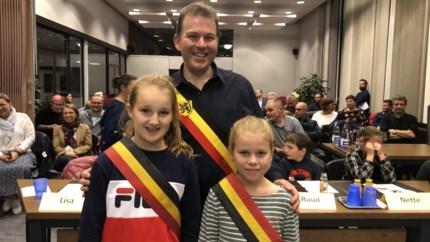 Twee kinderburgemeesters voor Kardinaalsdorp: Lisa en Lieze dragen sjerp