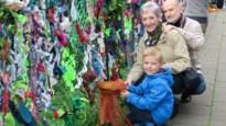 Kinderen, ouders en grootouders  geven saaie omheining  Burgemeester Marnixschool artistiek jasje