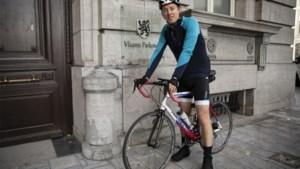 """Politicus Hannes Anaf pendelt (één keer) met de fiets naar Brussel: """"Soms sta je in het parlement tegen een muur te praten"""""""