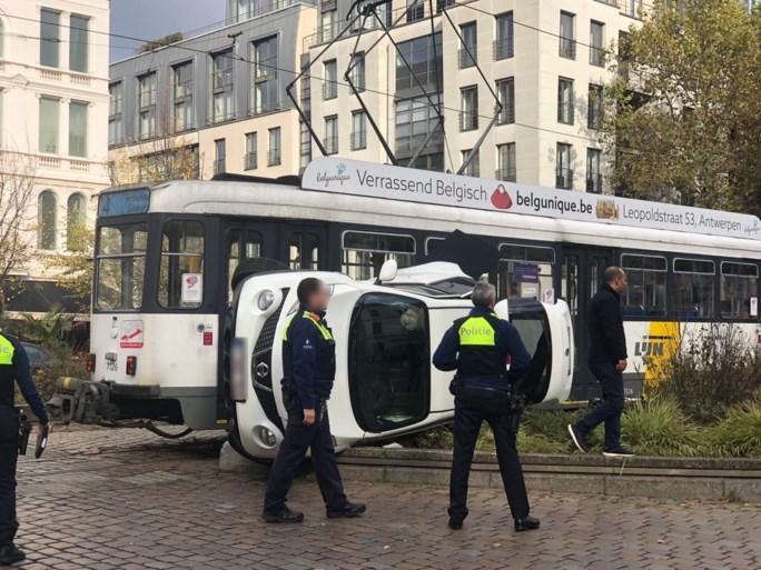 Brandweer helpt slachtoffer uit wagen na aanrijding met tram