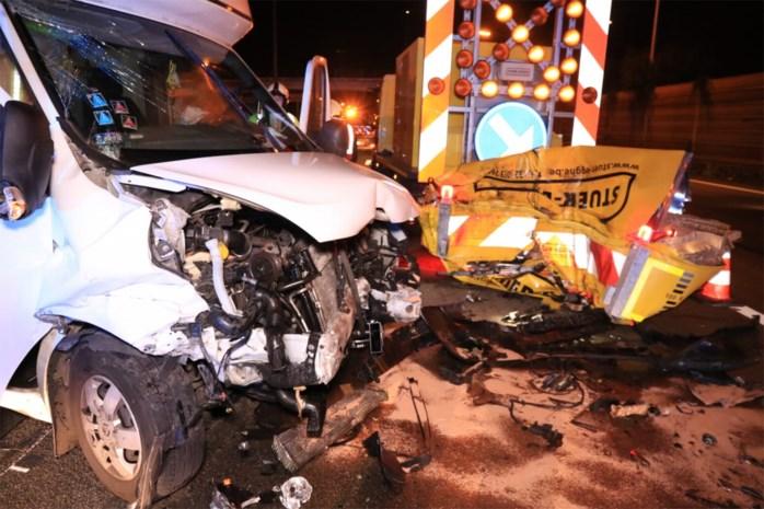 Zwaar ongeval op E17: bestelwagen rijdt met hoge snelheid in op signalisatiewagen