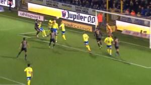 Vier spelers van Waasland-Beveren gaan met elkaar in duel en scoren zo oerdomme owngoal