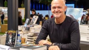 """Toni Coppers signeert bijna elke dag op de Boekenbeurs: """"Een gepaste tegenprestatie voor mijn fans"""""""