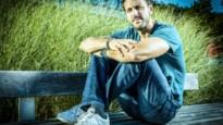 Eigen songs én toch imitaties: Guga Baúl toert met zijn debuutplaat 'Ongehoord'