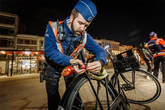 "Fietsen zonder verlichting: ""58 euro boete en twee lichtjes cadeau"""