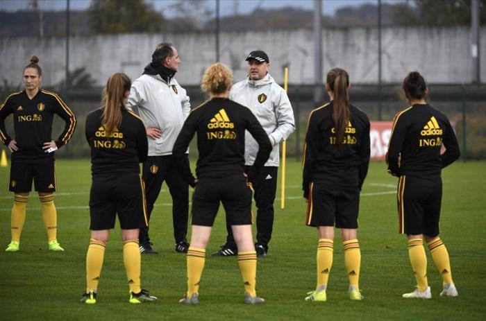 """Red Flames-bondscoach Ives Serneels, de Guy Thys van het vrouwenvoetbal: """"Kippenvel van die honderdste cap"""""""